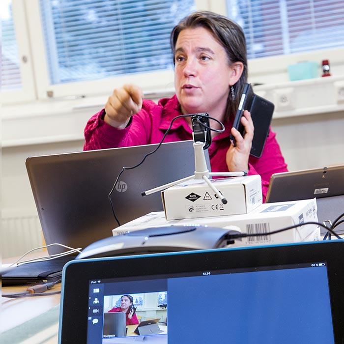Opiskelija verkkokurssilla.