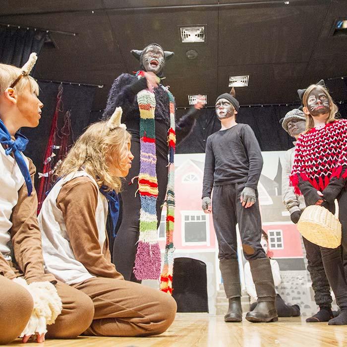 Lasten ja nuorten ilmaisutaitoryhmä esittää näytelmää Pekka Töpöhäntä.
