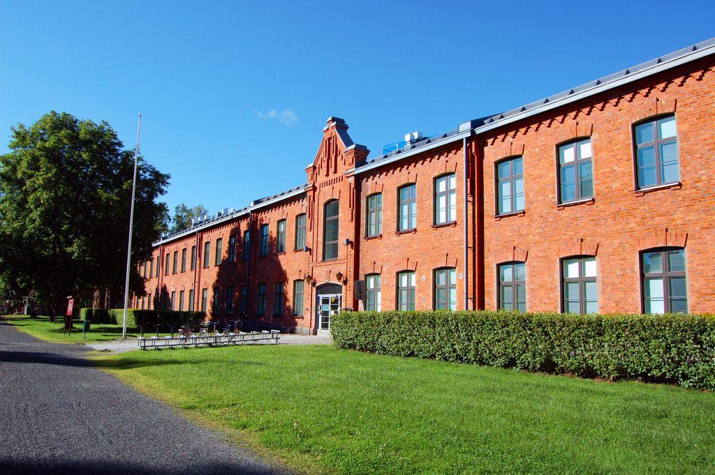 Kuopion kansalaisopisto aurinkoisena päivänä.