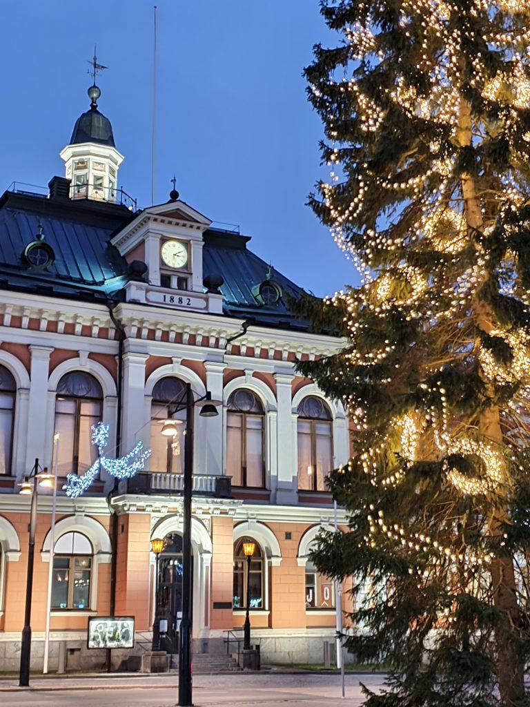 Kuopion kaupungintalo ja joulukuusi valaistuna.