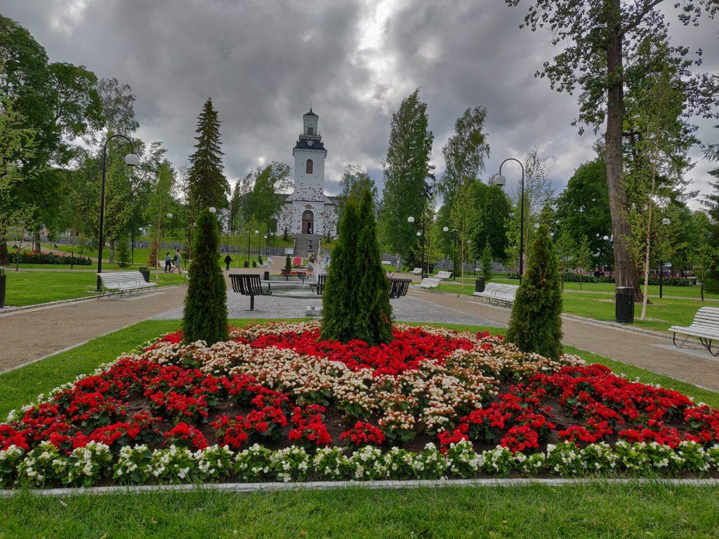 Kuopion tuomiokirkko ja Snellmaninpuisto.