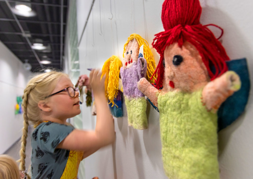 Tyttö ja vuovutettuja nukkeja.
