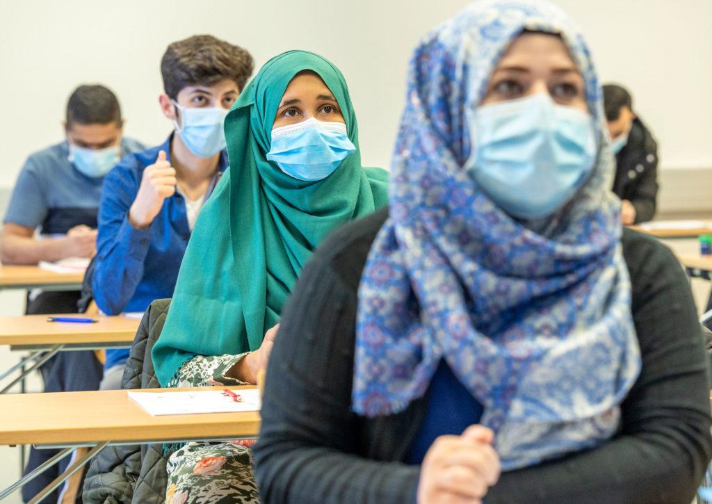 Maahanmuuttajaopiskelijoita luokassa.